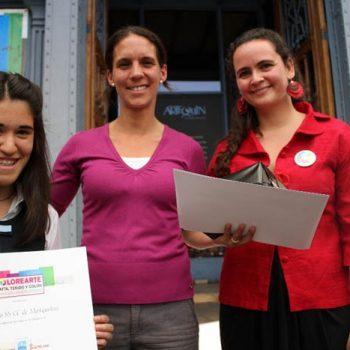 Uno de los equipos ganadores junto a la directora del Museo Artequín, Amelia Saavedra
