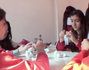Estudiantes realizan la técnica de amarras en las telas