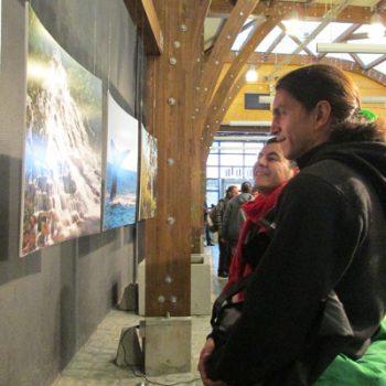 Los asistentes del congreso en la exposición de Fotos de reservas de la red Así Conserva Chile