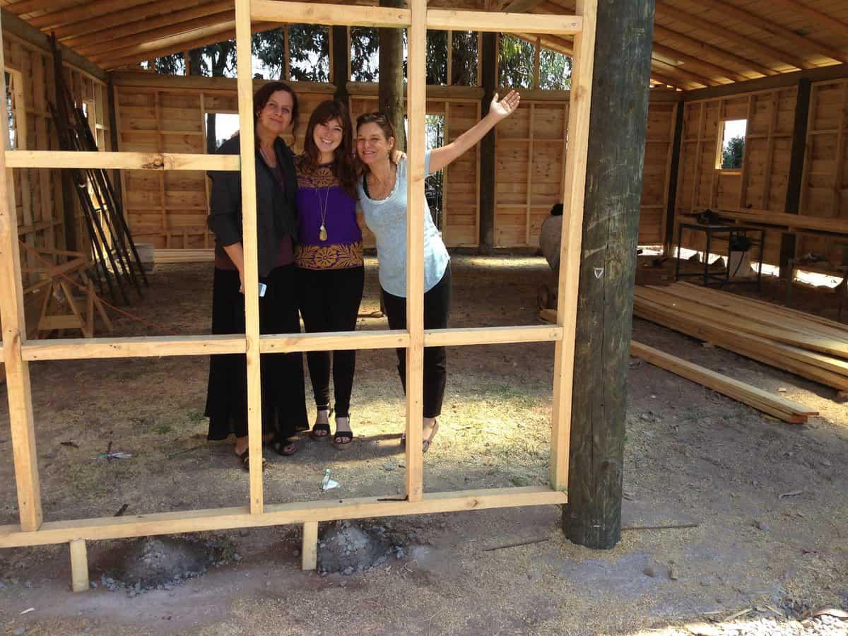 Mary Anne Muller de F.O., Consuelo López (Arquitecto proyecto Galpones) y Madeline Hurtado de FMA