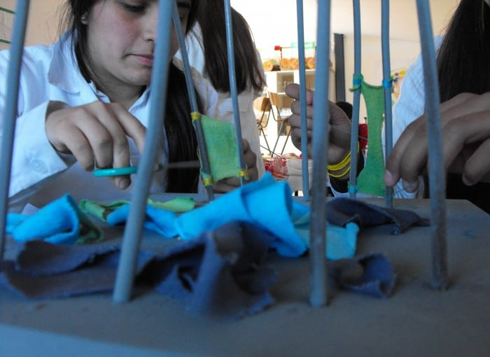 (Español) Alumnos trabajan en su escultura[:enKids working on their sculpture