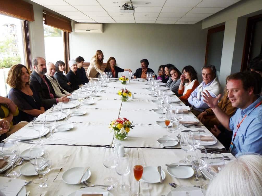 Fundación Mar Adentro junto a expositores del festival y docentes de la Universidad Alberto Hurtado en almuerzo en Casa Higueras