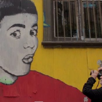 El fotógrafo italiano, Ferdinando Scianna, recorriendo con su cámara las calles y fachadas de Valparaíso