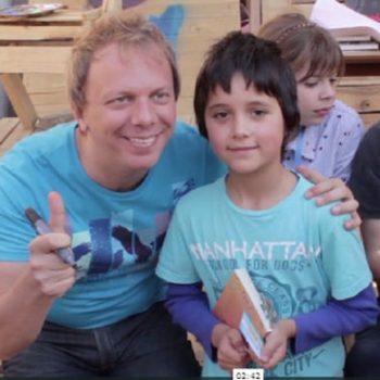 """Cristian Dzwonik, alias Nik, creador de """"Gaturro"""" junto a un lector del personaje animado"""