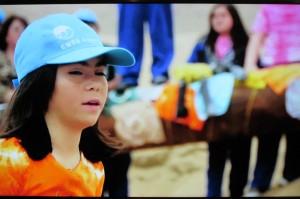 Alumna del Colegio Juan Pablo II de Antofagasta junto a la obra ganadora: Mis arenas se pintan de color