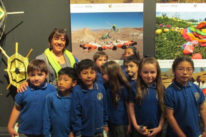 El equipo ganador del Colegio San Ignacio de Calama junto a su obra: Hipnotizados en el Desierto