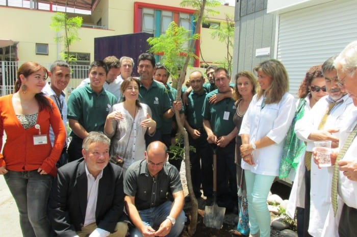 Representantes de Fundación Inspira junto a los profesionales de jardinería que realizaron la plantación