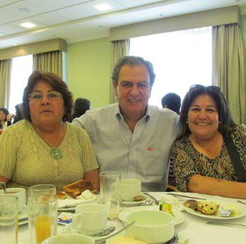 El Director de la Fundación Mar Adentro, Juan Carlos Leppe, junto a profesoras ganadoras del concurso Colorearte 2013