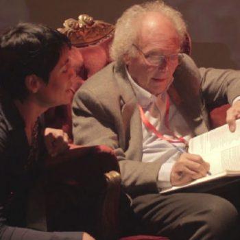 El comunicador científico, Eduardo Punset, firmando uno de sus libros