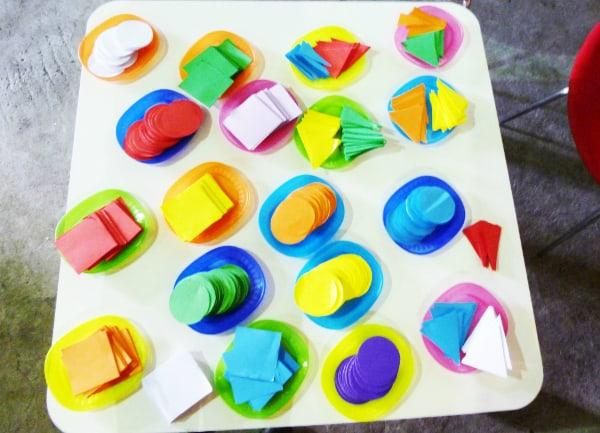 Diversas figuras de colores fueron la materia prima para las composiciones de los niños