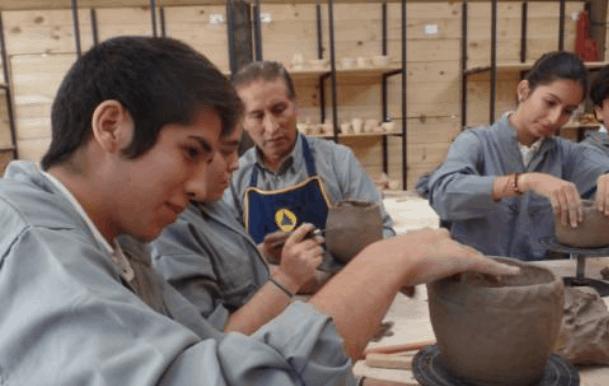 Don Agustín en el taller de Cerámica