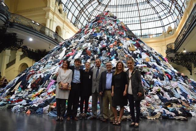 Miembros del Equipo Mar Adentro, junto a Beatriz Bustos, curadora de la exposición