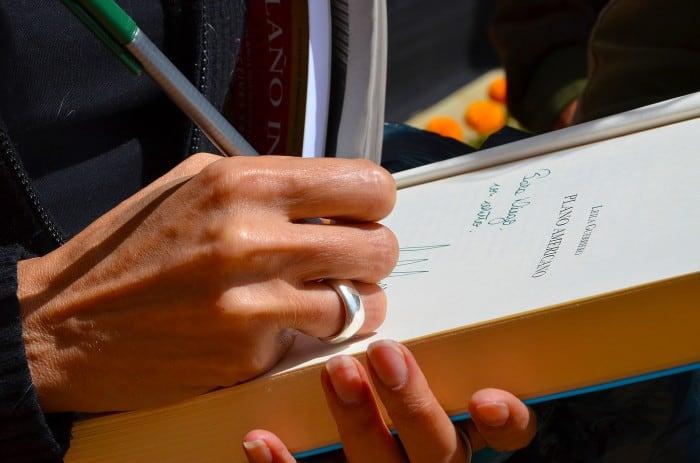 Leila Guerrero, autografiando uno de sus libros