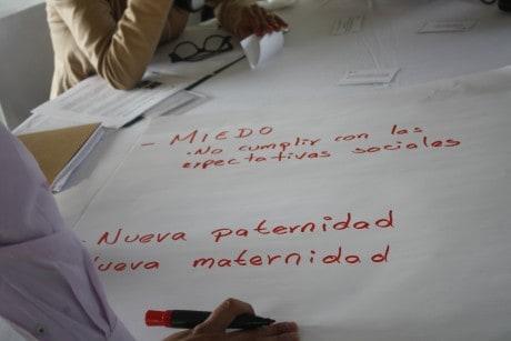 Participantes escriben sus conclusiones