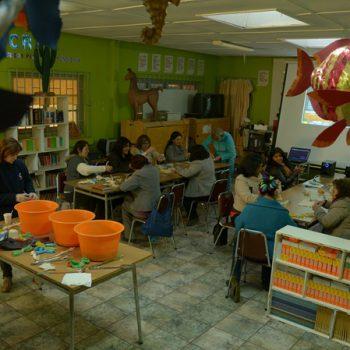En la sala de clase donde se realizó el taller de teñido
