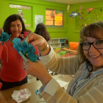 Profesores con sus trabajos de teñido
