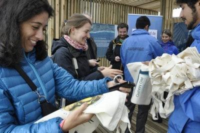 Delegación de la OCDE recibiendo bolsas de género del Humedal