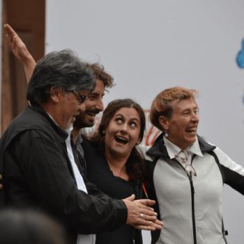 El escritor Luis Sepúlveda junto a las actrices Elvira López y María Izquierdo en la lectura de Historia de una Gaviota y del Gato que le enseñó a volar