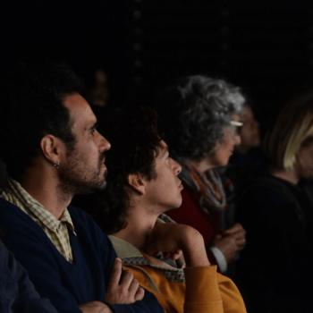 El profesor Pablo Schalscha durante la conferencia del artista Eugenio Dittborn el año 2015