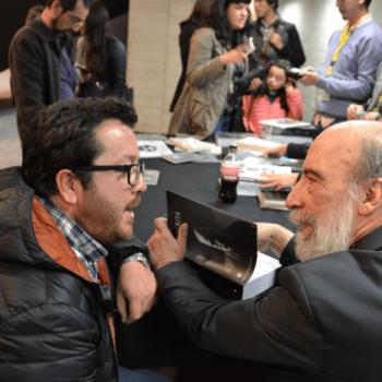Raúl Zurita firma un libro para el profesor Francisco Blanco