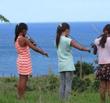 Tres alumnas de la Escuela de Música durante su práctica