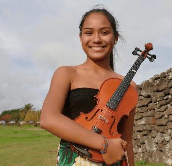 Una de las alumnas de Escuela de Música de Rapa Nui posa con su instrumento