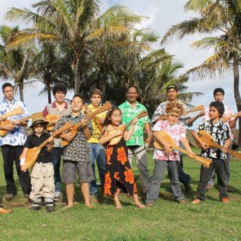 Algunos de los alumnos de la Escuela de Música junto a su profesor
