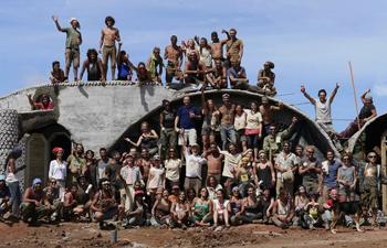 Voluntarios de todo el mundo viajaron a Rapa Nui para colaborar en la construcción de la escuela