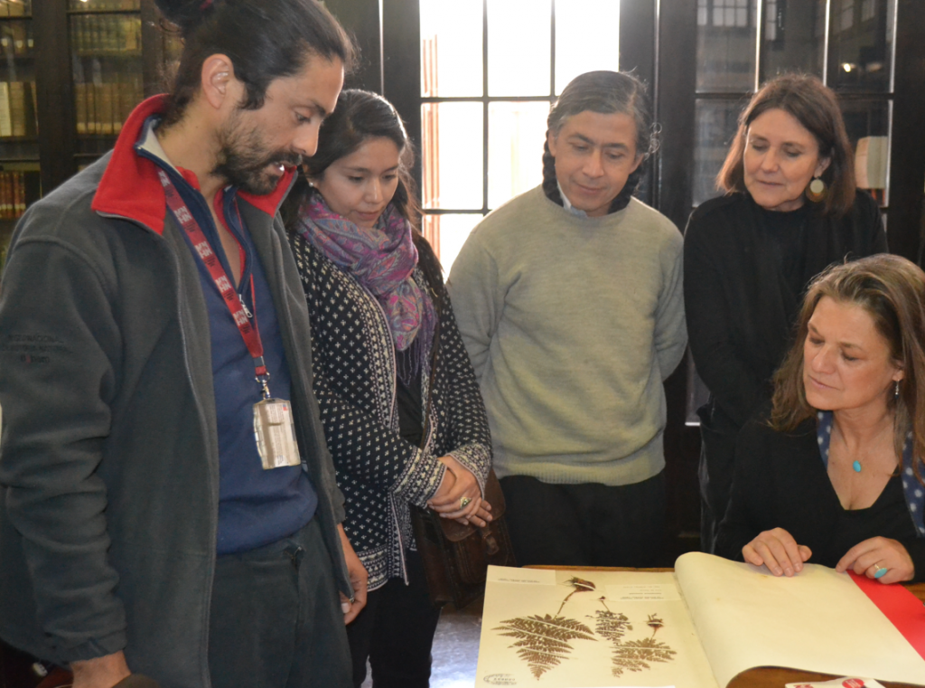 Victor Ardiles explaining the MNHN's botanical samples
