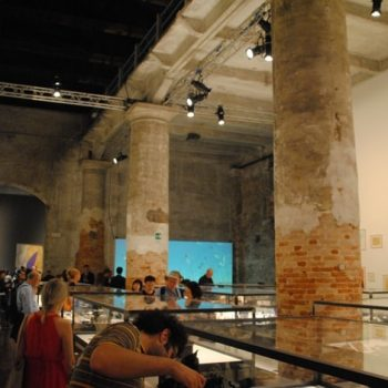Vista general del espacio donde fue instalado el video de Animitas en la Bienal