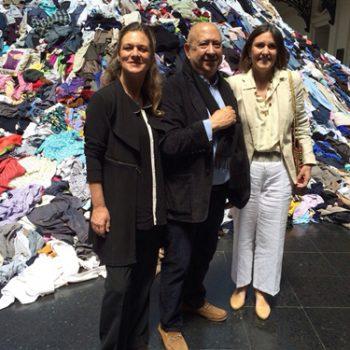 Madeline Hurtado, Presidenta de Fundación Mar Adentro, junto a Christian Boltanski y curadora, Beatriz Bustos O. Oyanedel