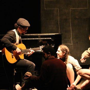 Imagen de los actores durante la función de teatro Antibiografía, inspirada en la vida y obra de Nicanor Parra
