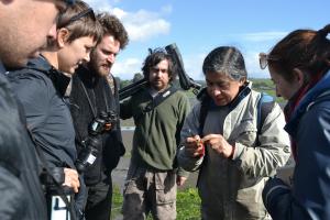 Jorge Cárdenas (CECPAN) e Iván Díaz, entregan contenidos científicos en el Humedal Pullao