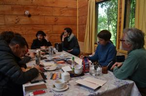Eduardo Mondaca (CESCH) and Renato Cárdenas speaking to the illustrators about the socio-historical context of the Chiloé Archipelago