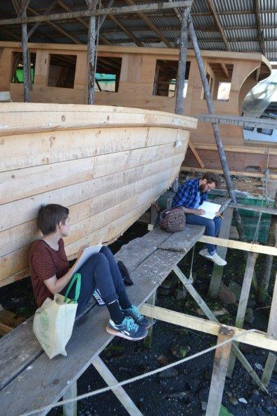 Siri B. and Sebastián I. drawing in the Chilote shipyards