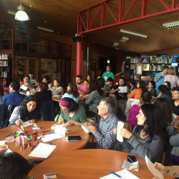 Profesores reunidos en la Biblioteca de Castro para participar en los talleres de los ilustradores Teachers gathered in Castro's Public Library for the workshop with the illustrators