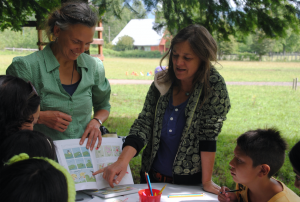 Katrine Clante, ilustradora danesa, y Madeline Hurtado, Presidenta/Directora de Fundación Mar Adentro
