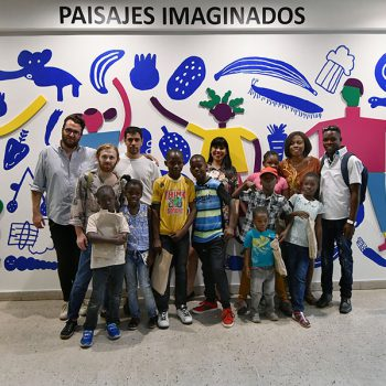 The illustrators posing together with the participants of the workshops / Photo: Jorge Sánchez, Courtesy of GAM