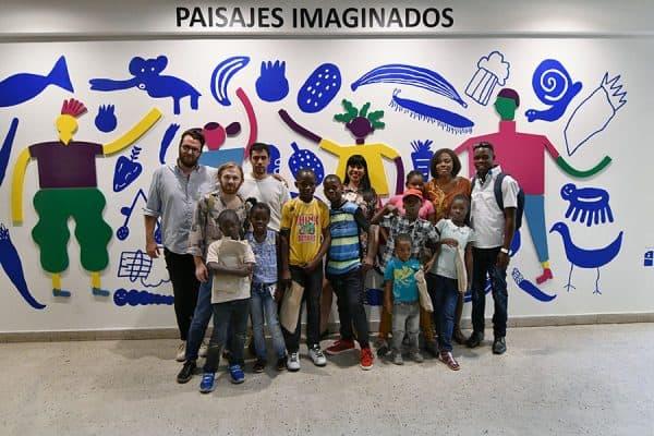 Ilustradores posan junto a los niños que participaron en los talleres / Foto: Jorge Sánchez, gentileza GAM
