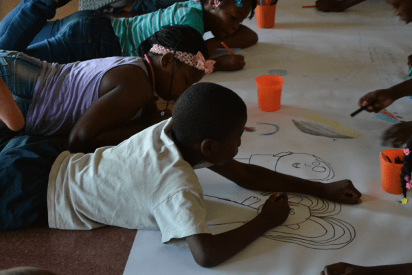 Niños y niñas trabajan inspirados