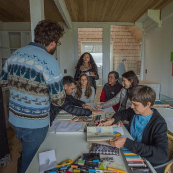 Los ilustradores preparando los talleres