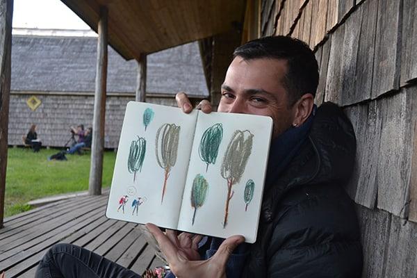 Matías Prado muestra una de sus creaciones realizada durante la residencia