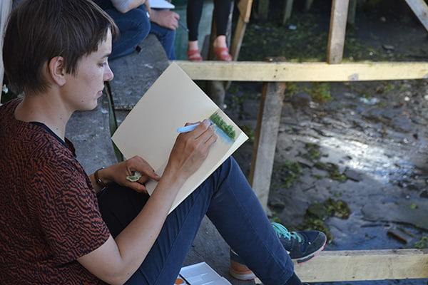 La ilustradora Siri Ahmed Backstrom durante la visita a los astilleros de Nercón