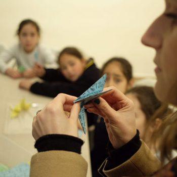 Amparo I., una de nuestras coordinadoras de proyecto demostrando cómo realizar una grulla
