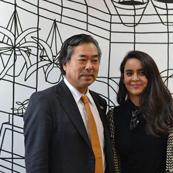 El embajador de Japón junto a ilustradora Catalina Bu