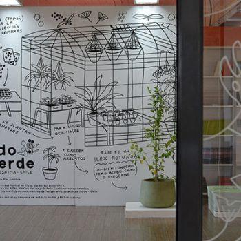 Ilex rotunda junto a mural creado por ilustradora Cata Bu