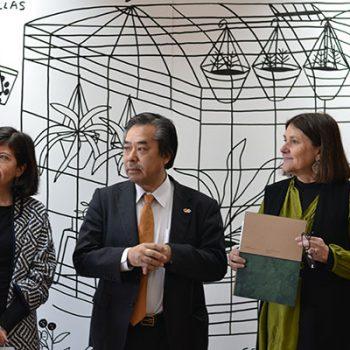 Beatriz Salinas, Directora de Centro Nacional de Arte Contemporáneo Cerrillos junto al Embajador de Japón en Chile, Yoshinobu José Hiraishi, y Directora de Arte, Cultura y Educación de FMA, Beatriz Bustos O.