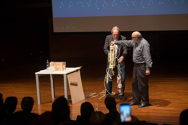 Jansen with Ramón López, President of the Board of GAM, together demonstrating the mechanics of Strandbeests.