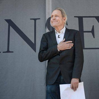 Artista Theo Jansen dando su discurso de agradecimientos durante la inauguración. ©Sebastián Mejía