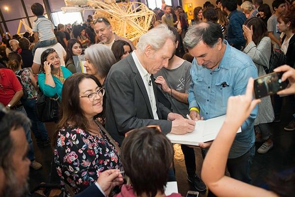 Jansen realizando firma de autógrafo a uno de los colaboradores del equipo de montaje de la muestra. ©Sebastián Mejía